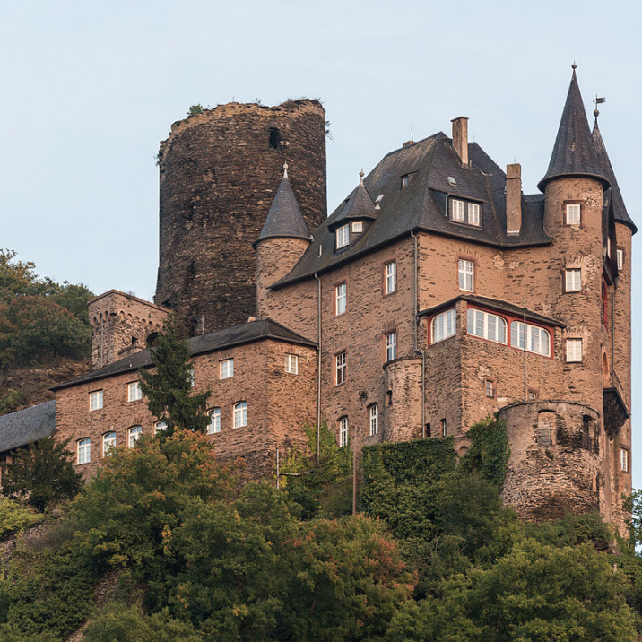 Source : https://commons.wikimedia.org/wiki/File:Burg_Katz,_St._Goarshausen,_West_view_20141002_1.jpg